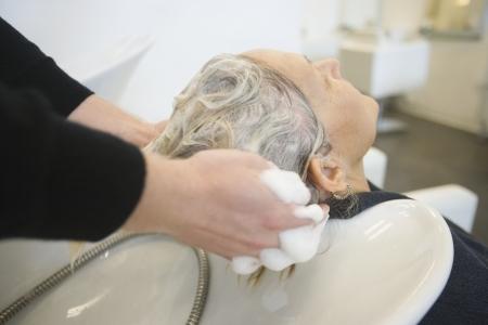 shampooing: Shampooing hair in salon basin