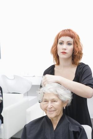 hair short: Estilista y el cliente discuten corte de pelo LANG_EVOIMAGES