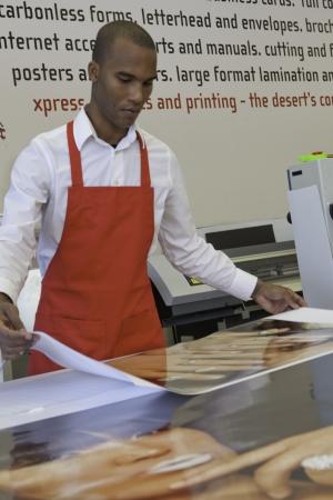prin: Trabajador manual de trabajo industrial en la imprenta