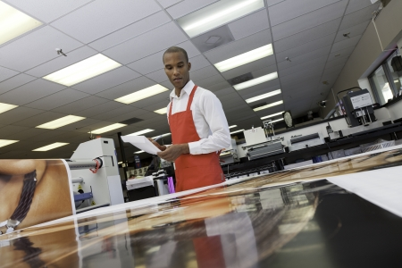 prin: Trabajador manual mirando impresiones