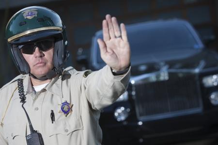 パトロール中の警察官が交通警察の護衛を停止します。