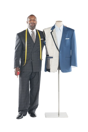 mannequin africain: Portrait d'un tailleur masculin debout à côté d'un mannequin LANG_EVOIMAGES