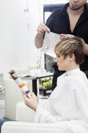 highlighted hair: Donna con i capelli evidenziato LANG_EVOIMAGES