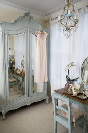 dressing table: Dressing table in old-fashioned room LANG_EVOIMAGES