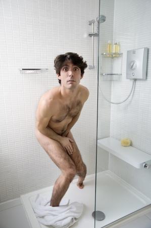 uomo nudo: Scared uomo nudo in bagno