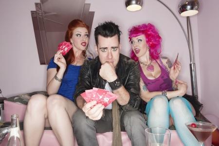 kartenspiel: Drei Freunde spielen Kartenspiel LANG_EVOIMAGES
