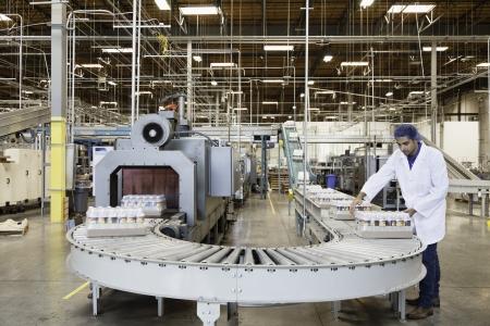 conveyor belt: Man working in bottling factory LANG_EVOIMAGES