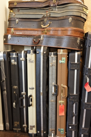 guitar case: Grupo de la caja de la guitarra vieja en la tienda de m�sica