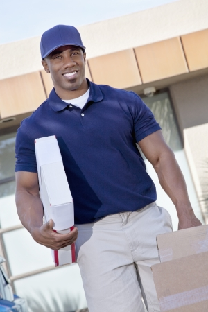 occ: Portrait of a happy delivery man carrying packages LANG_EVOIMAGES