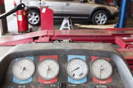 hijsen: Close-up van een takel manometer in de garage LANG_EVOIMAGES