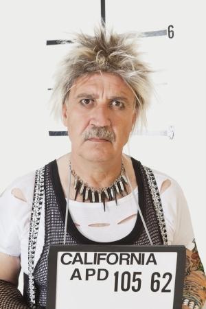 深刻なシニア男性パンクの顔写真