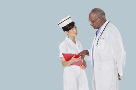 80s adult: Dos profesionales de la medicina en el debate sobre el informe m�dico sobre fondo azul claro