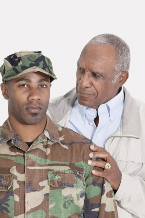 80s adult: Retrato de un estadounidense EE.UU. Cuerpo de Marines de soldado africano con el padre sobre fondo gris
