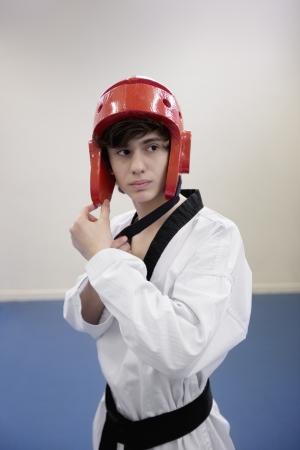 pokrývka hlavy: Dospívající chlapec na sobě bojová umění pokrývky hlavy při pohledu pryč