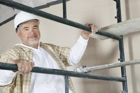 Klettergerüst Reifen : Frontansicht des reifen mannes klettergerüst lizenzfreie fotos