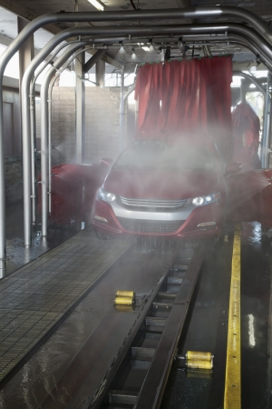 wa: Vehicle on conveyor belt moving through car wash process LANG_EVOIMAGES