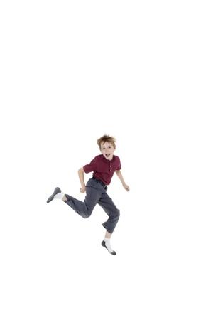 preteen boy: Joyeux portrait de pr�-adolescent gar�on sautant sur fond blanc