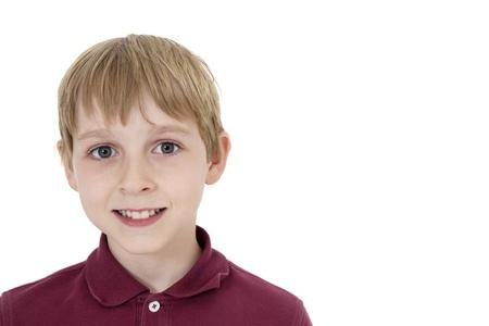 preteen boy: Close-up portrait d'un heureux pr�-adolescent gar�on sur fond blanc
