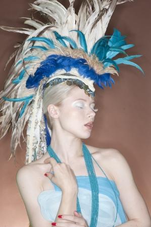 pokrývka hlavy: Krásná mladá žena na sobě peří pokrývky hlavy se zavřenýma očima