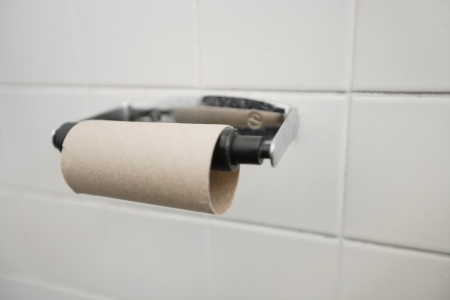 papel higienico: Primer plano de terminado el rollo de papel higi�nico en el ba�o