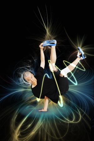 legs apart: Break dancer realizar parada de manos sobre fondo azul