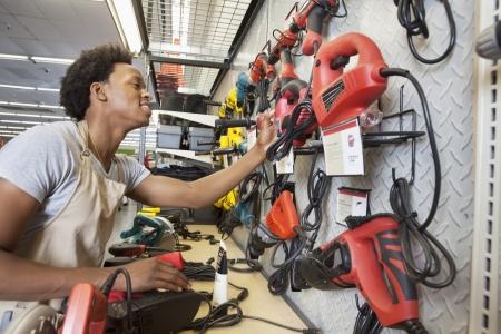 electronics store: African American uomo che lavora in un negozio di elettronica LANG_EVOIMAGES