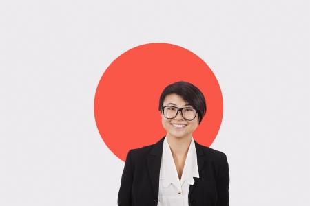 bandera japon: Retrato de mujer de negocios joven sonriente sobre bandera japonesa