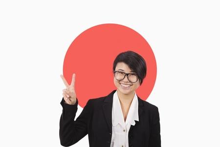 bandera japon: Retrato de joven empresaria gesticular signo de la paz sobre la bandera japonesa