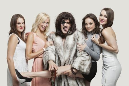 playboy: Playboy met mooie vrouwen over grijze achtergrond
