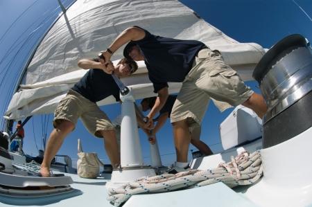 marinero: Marineros Molinete operan en el yate vista de �ngulo bajo LANG_EVOIMAGES