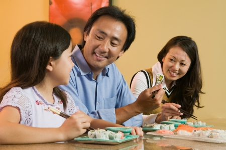 convivencia familiar: Familia comer Sushi Together  LANG_EVOIMAGES