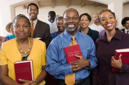 Sunday Service Kongregation stand in der Kirche mit Bibeln portrait