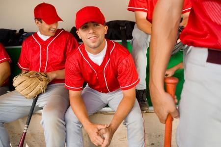 baseball dugout: B�isbol compa�eros sentado en el dugout LANG_EVOIMAGES