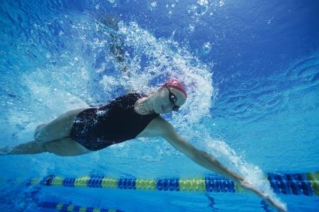 Weibliche Schwimmer racing Unterwasser im Pool Standard-Bild
