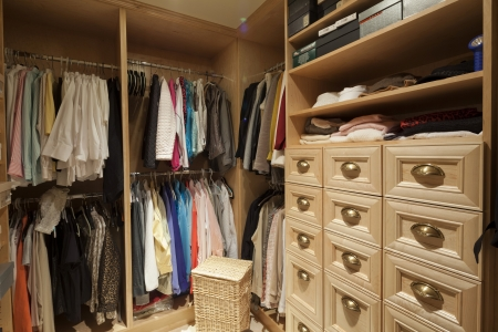 walk in closet: Walk in closet with organized clothing