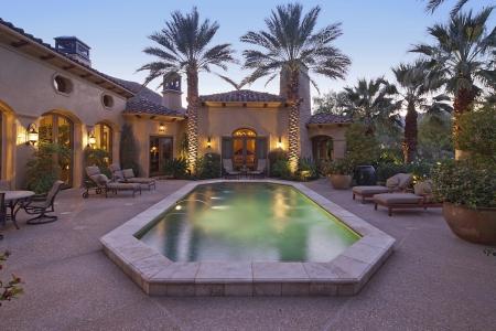 Entrée à l'arrière de la villa de luxe dans la nuit avec piscine