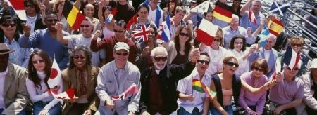 gente saludando: Feliz grupo de personas con banderas de diferentes pa�ses