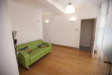 wall sconce: Sof� verde en la oficina vac�a
