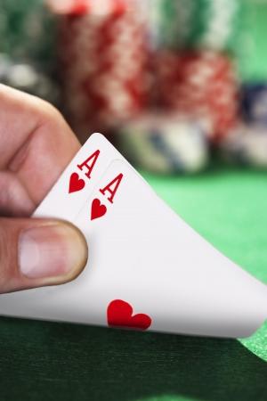 Detalle de la mano se asomó a dos cartas