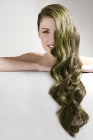 tinte cabello: Mujer hermosa con el pelo largo y te�ido de verde sobre fondo gris LANG_EVOIMAGES