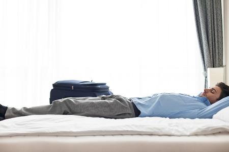 Seitenansicht der jungen Geschäftsmann Schlafen im Hotelzimmer