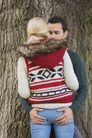 pareja apasionada: Pareja apasionada contra el tronco de un �rbol