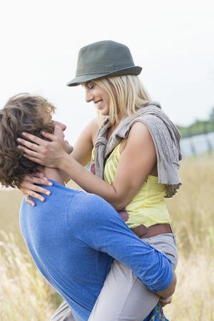 hombre romantico: Hombre rom�ntico lleva a la mujer en el campo