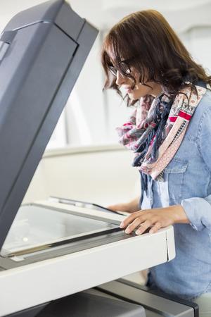 fotocopiadora: Negocios utilizando fotocopiadora en la oficina creativa