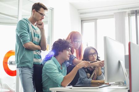 ordinateur bureau: Coll�gues d'affaires Creative discuter sur ordinateur dans le bureau