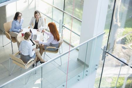 Vista de ángulo alto de las mujeres empresarias discutir en la mesa en la oficina Foto de archivo - 33863380