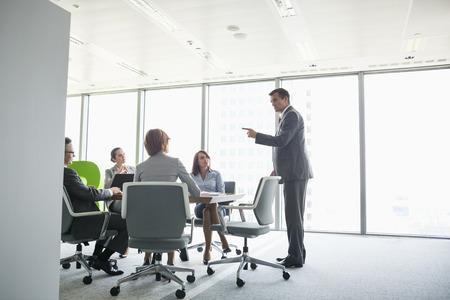 sala de reuniones: Hombre de negocios que da la presentación en la sala de conferencias LANG_EVOIMAGES