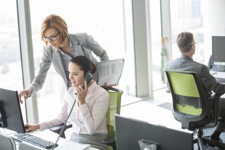 personas sentadas: Empresarios que trabajan en la Oficina