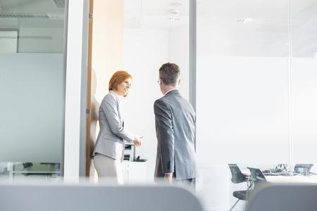 Geschäftsleute Eingehen Konferenzraum