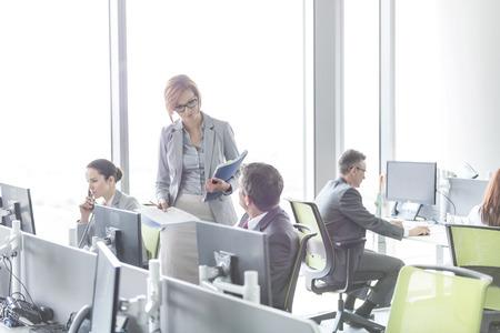 Geschäftsleute, die im Großraumbüro LANG_EVOIMAGES